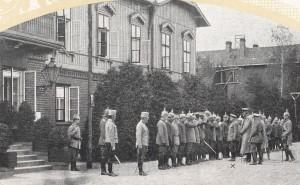 Niemieccy oficerowie przed spalskim pałacykiem (zdjęcie z 1915 roku). Archiwum Skansenu Rzeki Pilicy