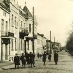 Ulica Marszałka Piłsudskiego w Tomaszowie (okres międzywojenny). Zbiory Jerzego Pawlika