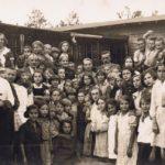 Na kolonii Zułówek. Zdjęcie z okresu międzywojennego. Archiwum Zarządu Rejonowego PCK w Tomaszowie.