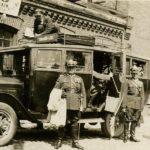 Wojskowi przed autobusem linii Tomaszów – Łódź. Lata 20. ubiegłego wieku. Archiwum Andrzeja Kobalczyka
