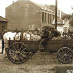 Na zdjęciu: Dworzec autobusowy (po lewej) na zdjęciu z ok. 1930 roku. Zbiory Muzeum w Tomaszowie