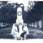 Przedwojenny pomnik poświęcony tomaszowskim legionistom (archiwum Szkoły Podstawowej Nr 3 im. Józefa Piłsudskiego w Tomaszowie Maz.)