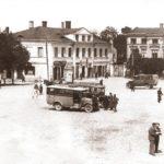 Na zdjęciu: Postój autobusów na Placu Kościuszki w Tomaszowie. Zdjęcie z okresu międzywojennego. Archiwum Andrzeja Kobalczyka