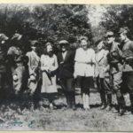 """Oficerowie i goście oddziału K.W.P. """"ORKAN"""" - czerwiec 1946, pierwszy z prawej ppor. Wacław Szewczyk ps. """"Orkan"""" (źródło: Archiwum IPN Łódź)"""