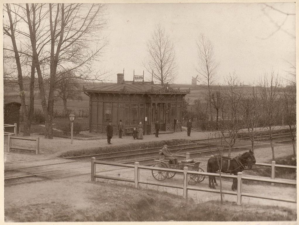 """Przystanek kolejowy """"Wolbórka"""" na zdjęciu z 1904 roku. Archiwum Skansenu Rzeki Pilicy"""
