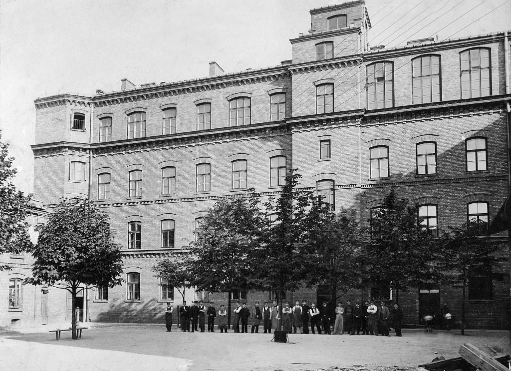 Gmach szkoły kolejowej przy ulicy Chmielnej. Zdjęcie z 1898 roku. Archiwum Technikum Nr 7 w Zespole Szkół im. inż. Stanisława Wysockiego w Warszawie