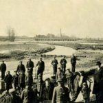 Na zdjęciu: Tomaszowscy bezrobotni przy regulacji Wolbórki w okresie międzywojennym. Archiwum Andrzeja Kobalczyka