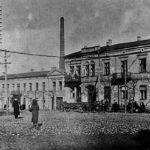 Na zdjęciu: Słupy elektryczne na rogu ul. Św. Antoniego i Pl. Kościuszki. Zbiory Józefa Gołębiewskiego