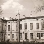 Na zdjęciu: Dawny szpital miejski w Tomaszowie. Zdjęcie z pocz. ll. 60. ub. wieku. Archiwum Andrzeja Kobalczyka