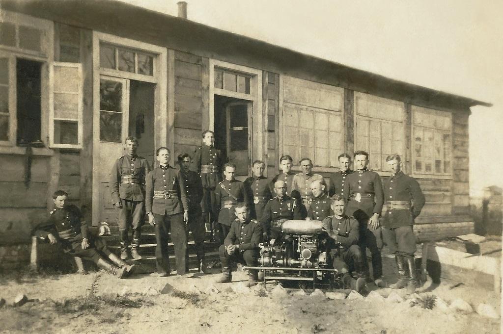 Pierwsza remiza zbudowana z drewna przez strażaków w Królowej Woli. Archiwum OSP Królowa Wola