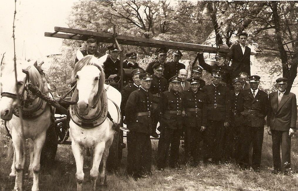 Jeszcze w latach 60. ub. wieku straż z Królowej Woli jeździła do pożarów wozem konnym. Archiwum OSP Królowa Wola
