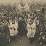 I.Mościcki w procesji na poświęcenie inowłodzkiego kościółka w 1938 roku. Archiwum Andrzeja Kobalczyka