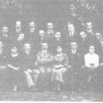 S. Gruszczyński (w środku) z pracownikami tomaszowskiego magistratu w 1921 roku. Zbiory Muzeum w Tomaszowie Maz.