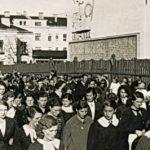 Na zdjęciu: Pracownicy TFSJ przed zakładowym kasynem w latach 30. ub. wieku. Archiwum Józefa Gołębiewskiego
