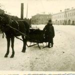 Na zdjęciu: Z dawnego Tomaszowa – pasażerskie sanie na ul. św. Antoniego. Archiwum Andrzeja Kobalczyka