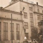 Na zdjęciu: Ćwiczenia tomaszowskich strażaków na szkole przy ul. Legionów. Archiwum Andrzeja Kobalczyka