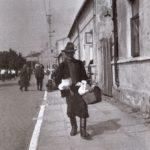 Na zdjęciu: W drodze na jarmark w Opocznie. Fotografia z lat 60 ub. wieku. Zbiory Edwarda Zagdańskiego