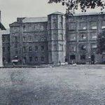 """Na zdjęciu: Koszary przy ul. Jeziornej w okresie międzywojennym. Foto: """"Podchorążówka"""", 1928-1929"""