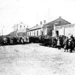 """Na zdjęciu: Robotnicy TFSJ przed bramą fabryki. Foto: """"Świat"""" z 23.03.1923 r."""
