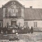 """Na zdjęciu: Dwór w Bielinie po trzech dniach od zbrodni. Foto: """"Świat"""" z 8 lutego 1908 roku."""