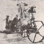 """Na zdjęciu: Dyngusowy wózek z opoczyńskiego (pocz. XX w.). Foto: """"Z żywym kurkiem po dyngusie"""", Kraków 1928."""