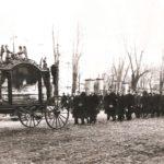Na zdjęciu: Kondukt pogrzebowy w przedwojennym Tomaszowie. Zbiory Andrzeja Kobalczyka