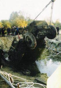wydobycie z Pilicy niemieckiego pojazdu opancerzonego zatopionego w 1945 roku