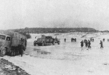 zdjęcie archiwalne przedstawia forsowanie Pilicy przez wojsko niemieckie