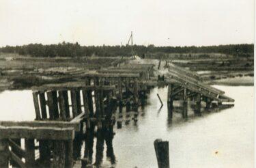 zniszczony drewniny most