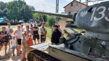 Grupa osób przy czołgu T-34.