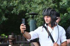 Mężczyzna w hełmofonie czołgisty robi selfie