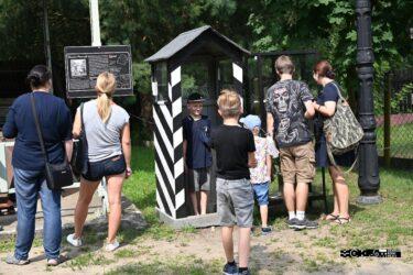 Turyści przy budce wartownika w Skansenie Rzeki Pilicy.