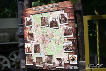 """Tablica ze zdjęciami pokazująca miejsca, w których w powiecie tomaszowskim były kręcone zdjęcia do serialu """"Czterej pancerni i pies"""""""
