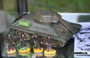 Maakieta czołgu T-34 i cztery ołowiane żółnierzyki czołgistów