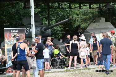 Turyści przy czołgu T-34