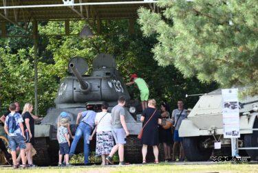 Grupa turystów przy czołgu T-34