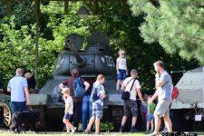 Grupa osób ogląda czołg T-34